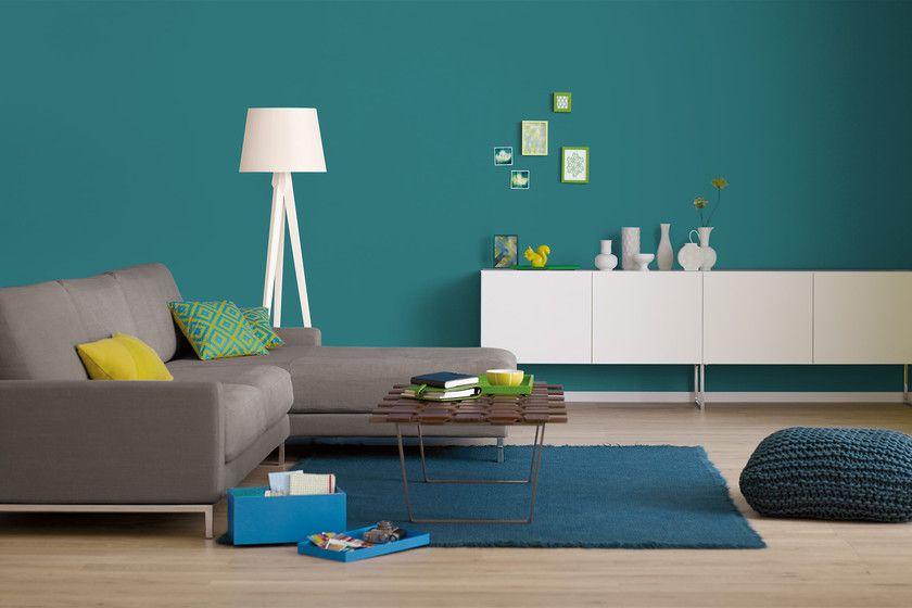 Petrolblaue Wandfarbe mit hellen Wohnaccessoires kombinieren