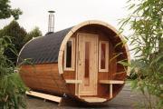 Wolff Finnhaus Holz Saunafass 280 de luxe montiert Dachschindeln schwarz (Ø235 x 280 cm)